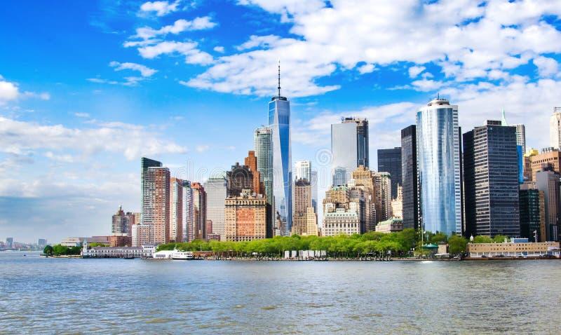 New York, S Vista dell'orizzonte del Lower Manhattan con l'architetto urbano fotografie stock libere da diritti