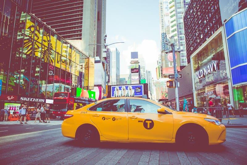 NEW YORK - SEPTEMBER 2, 2018: Gele cabinesnelheden door Sq Tijden stock afbeeldingen
