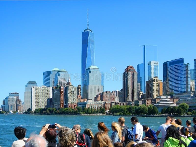 NEW YORK SEPTEMBER 12, 2014: Sikten på byggnadsskyskrapor för NYC New York Manhattan från kryssningsightfartyget med fotoskytte t royaltyfri bild