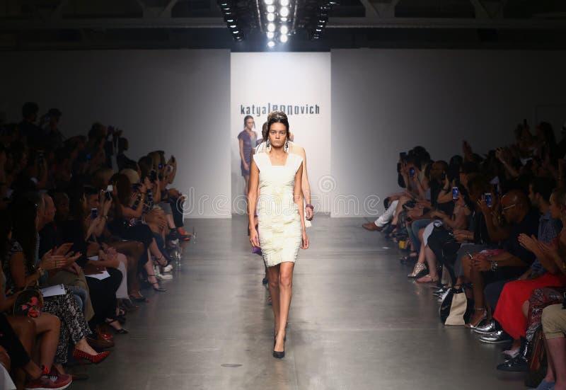 NEW YORK - 6 SEPTEMBRE : Promenade de modèles la piste pour le défilé de mode 2015 de Katya Leonovich Spring Summer image libre de droits