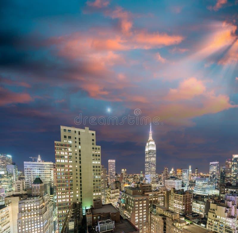 New York Skyskrapor av Manhattan på skymning från tak royaltyfri bild