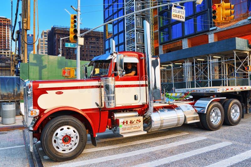 New York Stadtmittebezirk Großer amerikanischer LKW-Fernlastfahrer lizenzfreie stockbilder