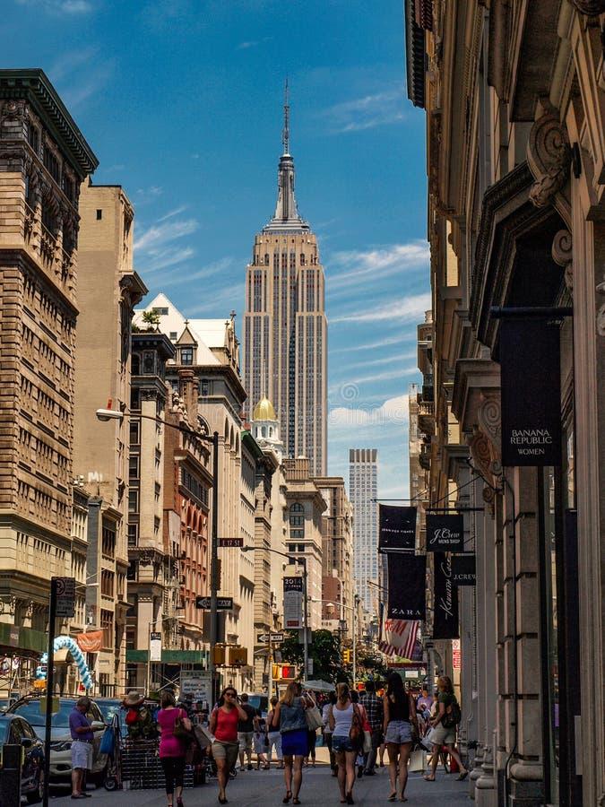New York, Stati Uniti - via di New York con l'Empire State Building fotografia stock