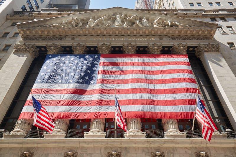 New York Stock Exchange budynku fasada z dużą USA flaga fotografia royalty free