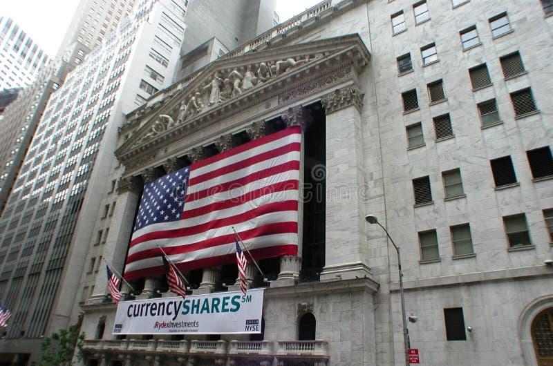 New York Stock Exchange con la bandera americana imagen de archivo