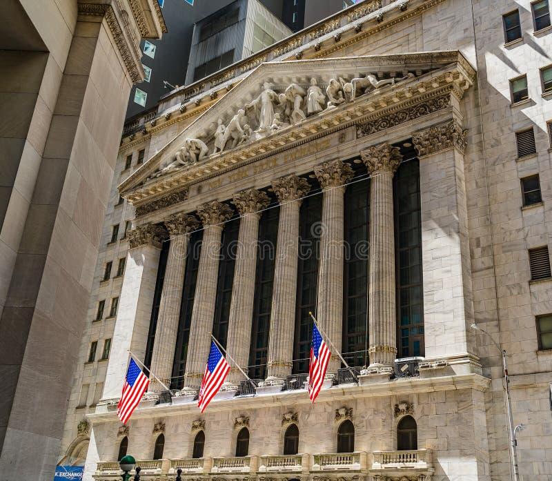 New York Stock Exchange przy Wall Street z flagami ameryka?skimi gromadzki pieni??ny Manhattan zdjęcie stock