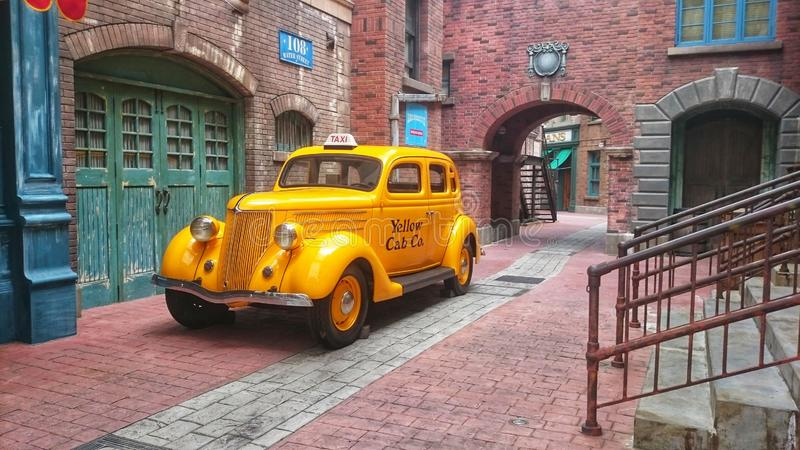 New York 2018 Táxi amarelo retro velho do táxi perto do centro de serviço chrysler e Plymouth Na rua de New York antiga imagens de stock