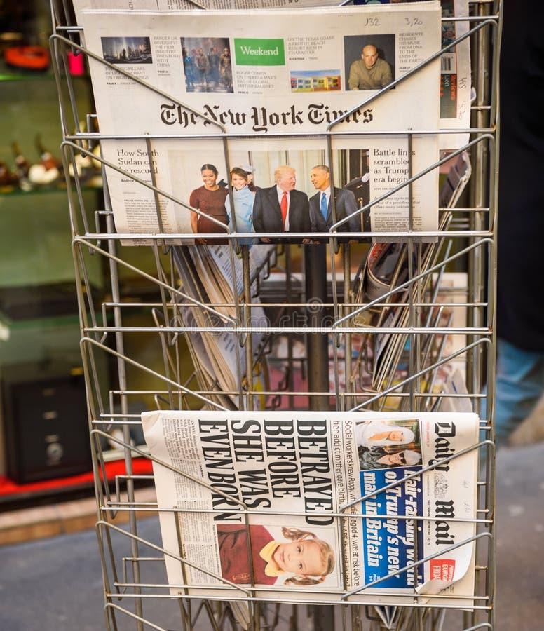 New York Times e jornal diário do correio de uma banca fotos de stock royalty free