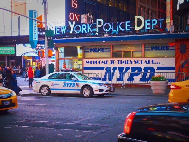NEW YORK TIMES FYRKANT, APRIL, 24, 2015: Stolpe av polisen för NYPD New York på Times Square bland folk och turister white för st royaltyfri bild