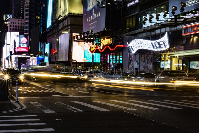 New York Times fyrkanttrafik p? natten fotografering för bildbyråer