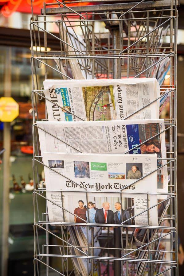 New York Times, periódico de The Guardian de un quiosco imagen de archivo libre de regalías