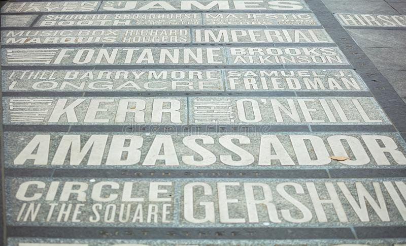 New York, Times Square Carte des noms de théâtres au sol images libres de droits