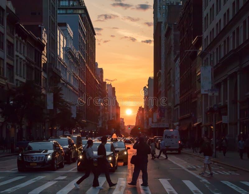 New York - tramonto fra le costruzioni lungo la ventitreesima via i immagini stock