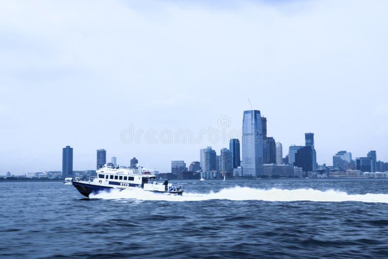 NEW YORK, U.S.A. - 31 agosto 2018: Barca di polizia di New York immagine stock