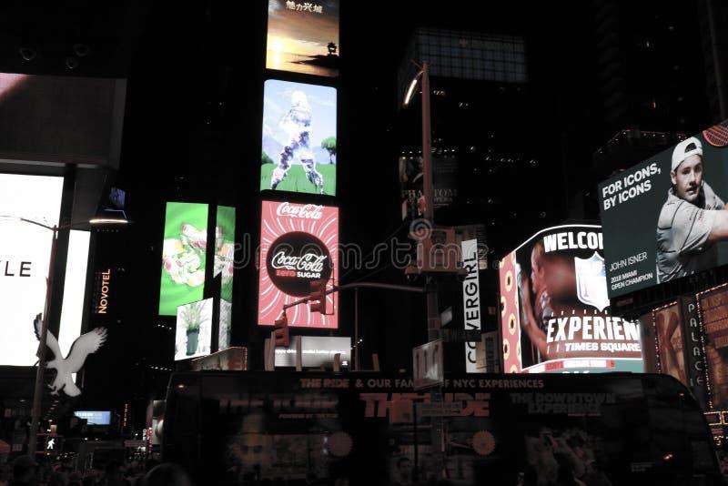 NEW YORK, U.S.A. - 31 agosto 2018: Times Square alla foto in bianco e nero di notte fotografie stock libere da diritti