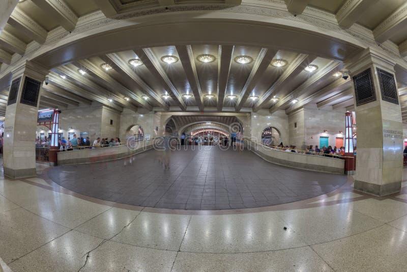 NEW YORK - U.S.A. - 11 giugno 2015 la gente che mangia nella corte di alimento della stazione di Grand Central immagini stock libere da diritti