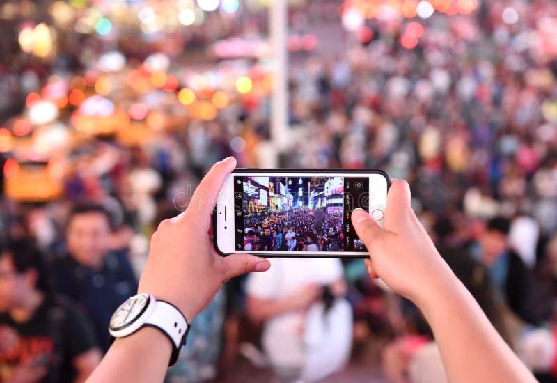 New York, U.S.A. - 10 giugno 2018: Una donna fa una foto sul suo iPho fotografia stock