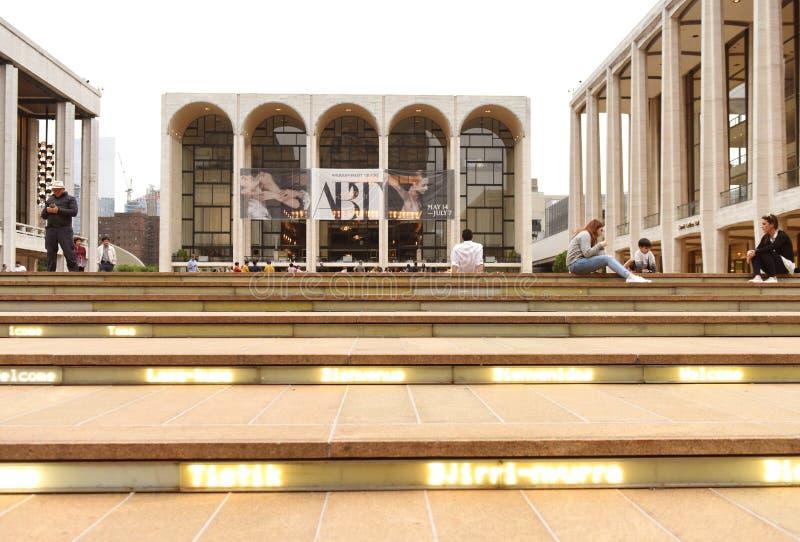 New York, U.S.A. - 29 maggio 2018: La gente vicino a Metropolitan Opera fotografia stock