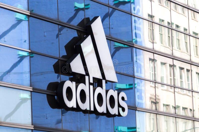 NEW YORK, U.S.A. - 16 MAGGIO 2019: Logo di Adidas su una parte anteriore del deposito in Manhattan, New York immagini stock