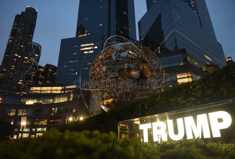New York, U.S.A. - 29 maggio 2018: Scultura del globo del metallo vicino a Trump I fotografia stock libera da diritti