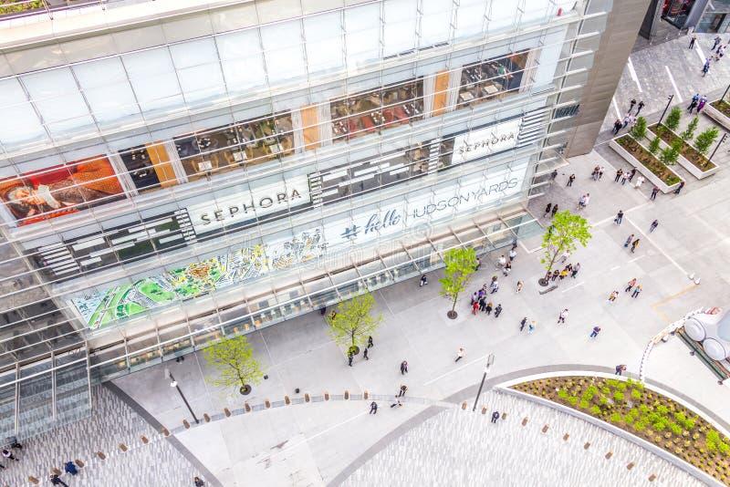 New York, U.S.A. - 17 maggio 2019: Vista superiore aerea del quadrato vicino al centro commerciale di Hudson Yards con la gente d fotografia stock