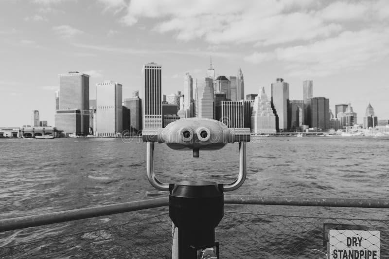 New York, U.S.A., settembre 2016: Vista in bianco e nero dell'orizzonte di Manhattan dai pilastri di Brooklyn immagini stock libere da diritti
