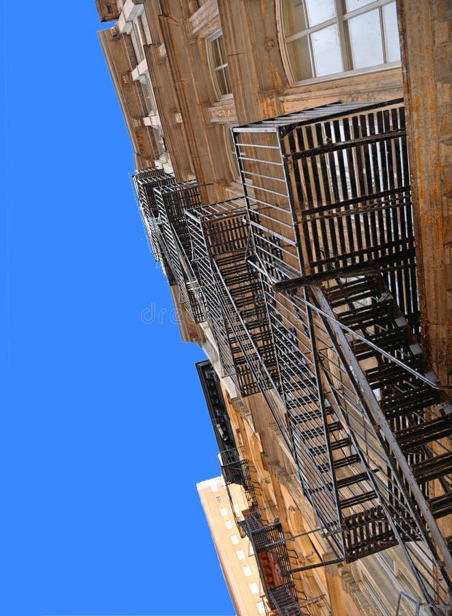 New York U.S.A., vecchie costruzioni classiche variopinte, facciata, architettura, balcone e finestre contro cielo blu in Soho, M fotografia stock