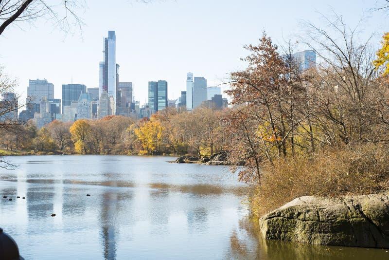 NEW YORK, US - 23. NOVEMBER: Manhattan-Skyline mit Central Park lizenzfreie stockfotos