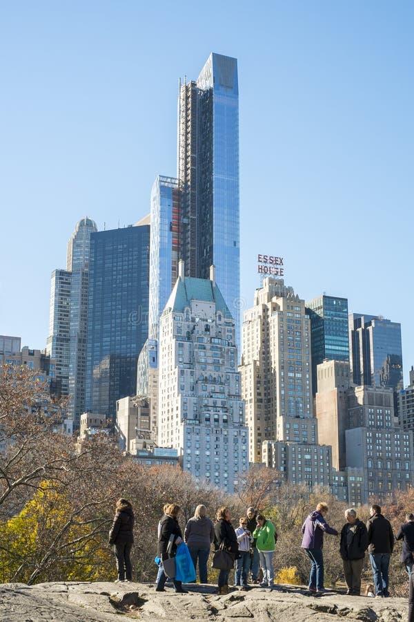 NEW YORK, US - 23. NOVEMBER: Touristen, welche die Ansicht von MA schätzen stockfotografie