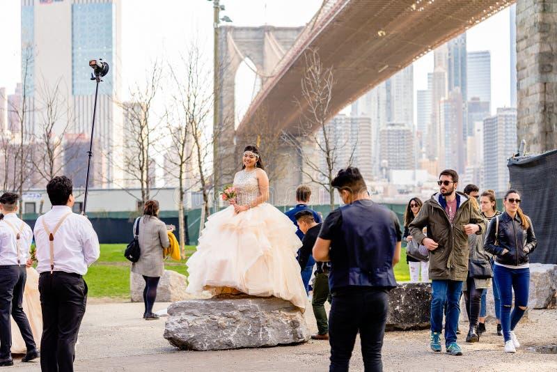 NEW YORK USA - APRIL 28, 2018: En brud som poserar under fotoperiod i Dumbo, Brooklyn, New York arkivbild