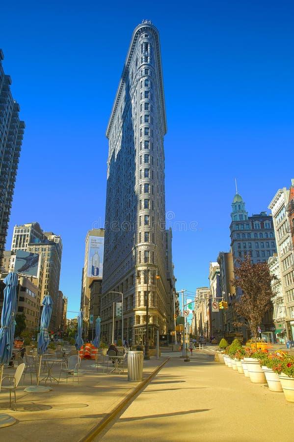 NEW YORK, USA - 6. April: Flache Eisengebäudefassade am 6. April 2017 Im Jahre 1902 abgeschlossen, wird es als eins des ersten s  stockfotos