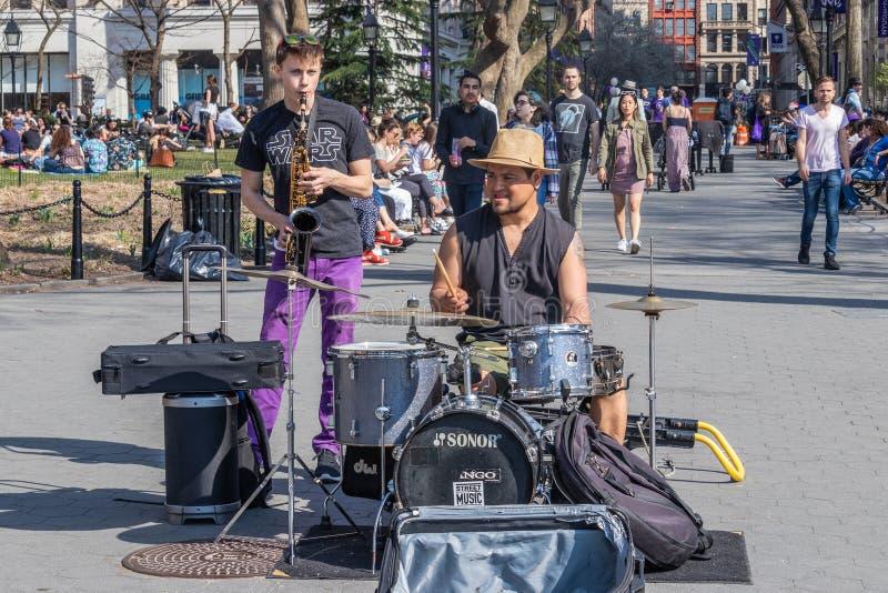 NEW YORK USA - APRIL 14, 2018: Gatamusiker i parkera nära med den västra byn, New York royaltyfri foto