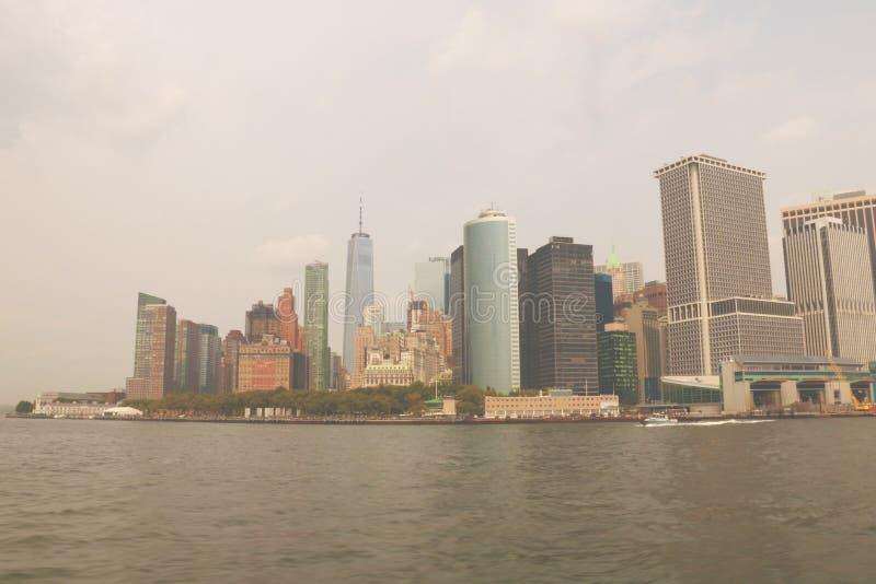 NEW YORK, USA - 31. August 2018: Ansicht zu Manhattan-Skylinen von New-Jersey Stadt bei Sonnenuntergang, USA lizenzfreies stockfoto