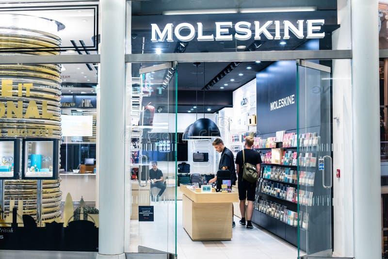 NEW YORK, USA - August 2018: Beamter Moleskine-Speicher im Oculus-Einkaufszentrum, New York Moleskine ist ein Italiener stockfotografie