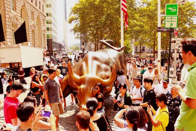 NEW YORK, USA - 31. August 2018: Monument der Aufladung von Stier finanziell auf Broadway, nahe Wall Street im New York mit Leute stockfotos