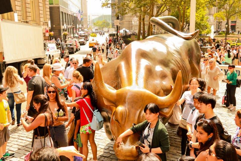 NEW YORK, USA - 31. August 2018: Monument der Aufladung von Stier finanziell auf Broadway, nahe Wall Street im New York mit Leute stockbilder