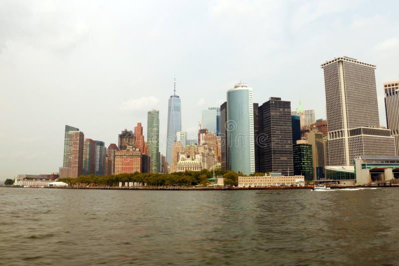 NEW YORK USA - Augusti 31, 2018: Panoramautsikt av den Manhattan ön med moderna byggnader och Hudson River Landskaphorisontsikt royaltyfria foton