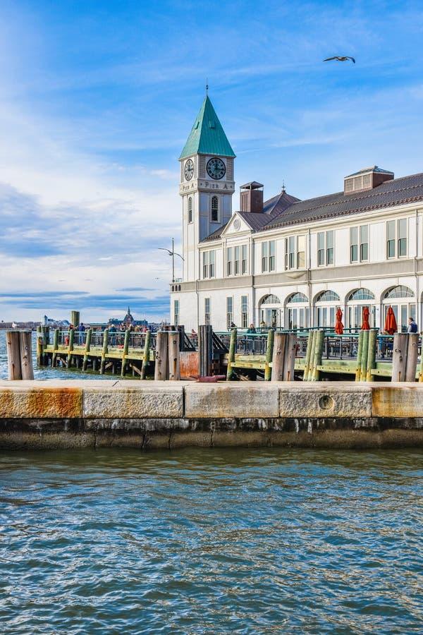 New York, USA Der berühmte Pier ein Hafen-Haus im Batterie-Park stockfotografie