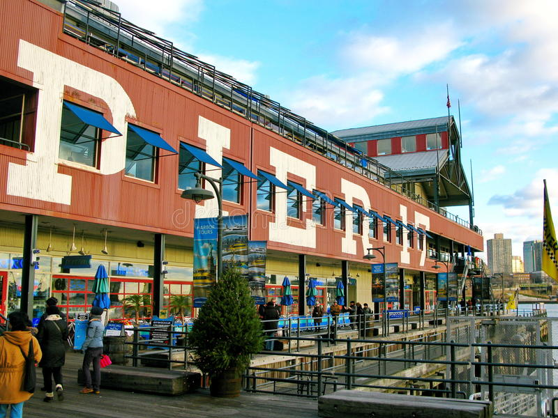 NEW YORK, USA - 5. DEZEMBER: Pier 17 auf Südstraßen-Seehafen, an stockfotografie
