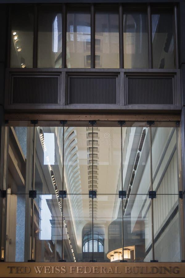 NEW YORK, USA - 23. FEBRUAR 2018: Fassade von Ted Weiss Federal Building an Foley-Quadrat im Lower Manhattan stockfoto