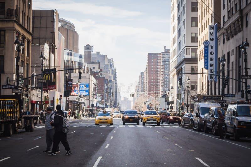 NEW YORK, USA - 24. FEBRUAR 2018: Verkehr auf den Stra?en von New York gesehen von der 8. Allee stockfotografie