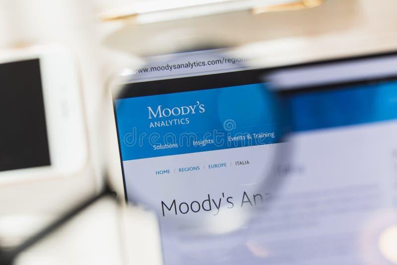 New York USA - 27 Februari 2019: Moody Korporation officiell websitehomepage under förstoringsglaset Begrepp Moody royaltyfri foto