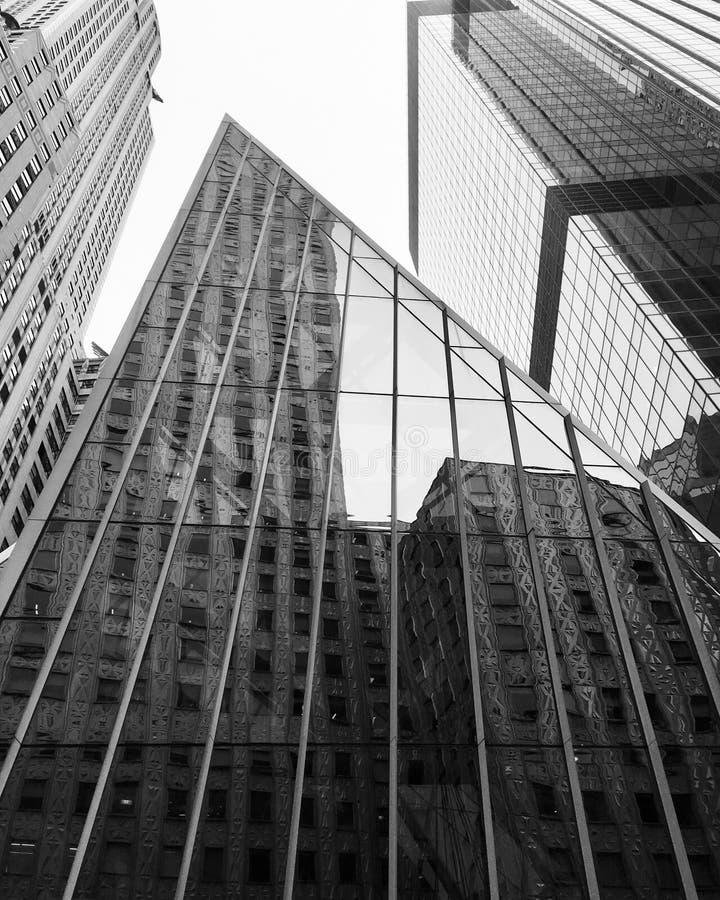 New York USA - Februari 2018: Reflexion av byggnad på exponeringsglasfasaden i New York arkivbild
