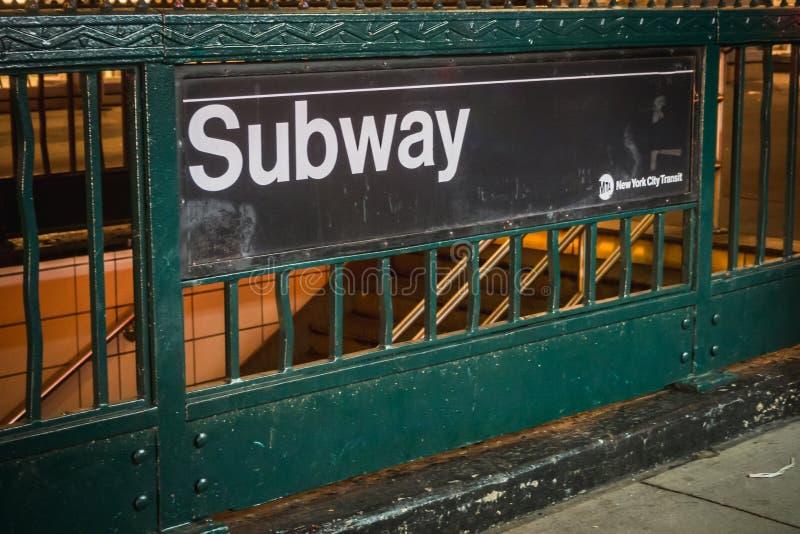NEW YORK USA - FEBRUARI 22, 2018: Signage för New York tunnelbanatillträde royaltyfri foto