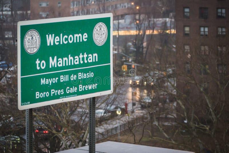 NEW YORK USA - FEBRUARI 24, 2018: Välkomnande till Manhattan, borgmästare Bill de Blasio arkivfoto
