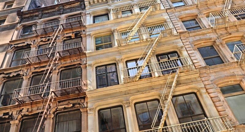 New York USA, gamla färgrika klassiska byggnader, fasad, arkitektur, balkong och fönster i Soho, i stadens centrum Manhattan royaltyfria bilder