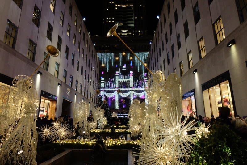 NEW YORK, USA - 20 GRUDNIA 2016 R.: Dekoracje świąteczne w pobliżu Rockefeller Center, anioły i światła zdjęcia stock