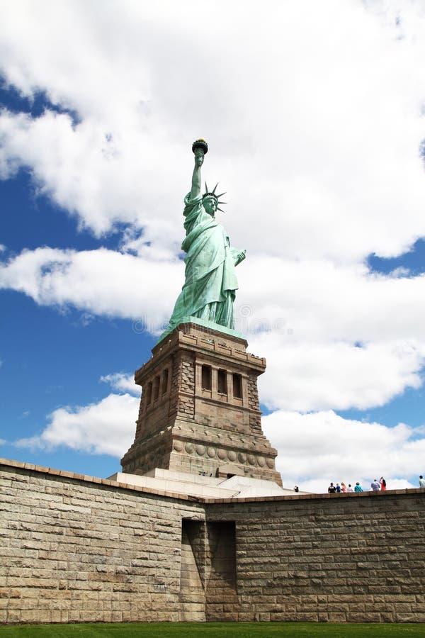 New York USA-JUNE 15,2018: Folklopp på statyn av frihet in arkivbilder