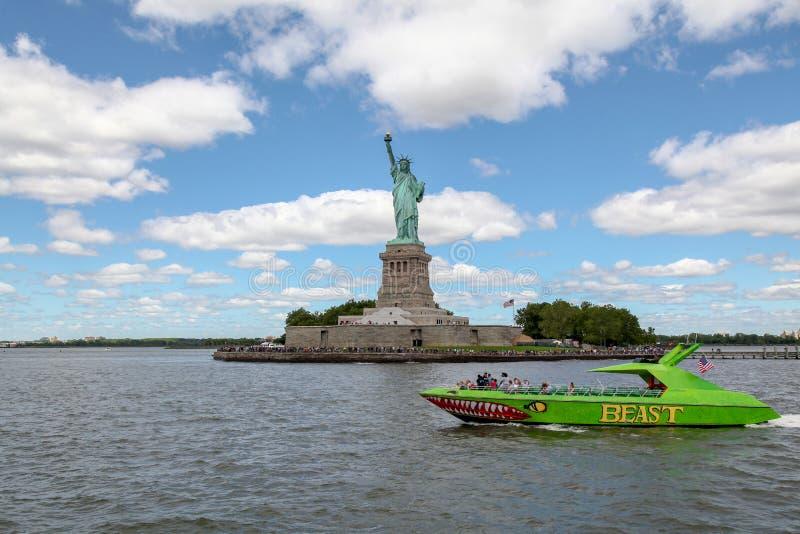 New York, USA 15. Juni 2018: Das grüne Boot vor dem Freiheitsstatuen ist amerikanischer Markstein haben berühmtes in New York, US stockbilder
