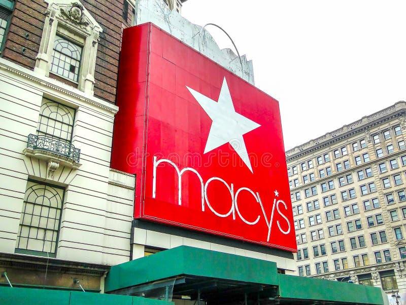 New York USA, Juni 1 2011: Den jätte- röda logoen för macy` s på enen arkivfoton